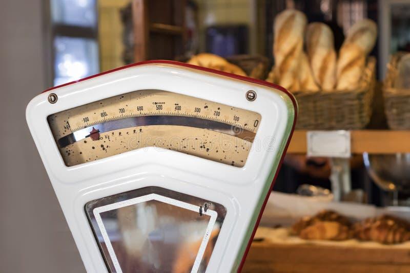 Una escala del vintage del pan en una tienda de la panadería fotografía de archivo libre de regalías