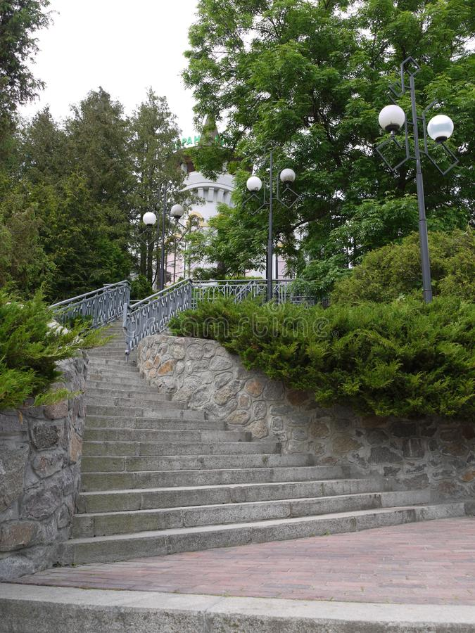 Una escalera con el ahusamiento arriba camina con las lámparas laterales para encenderse en la noche que lleva al edificio del ho fotografía de archivo libre de regalías