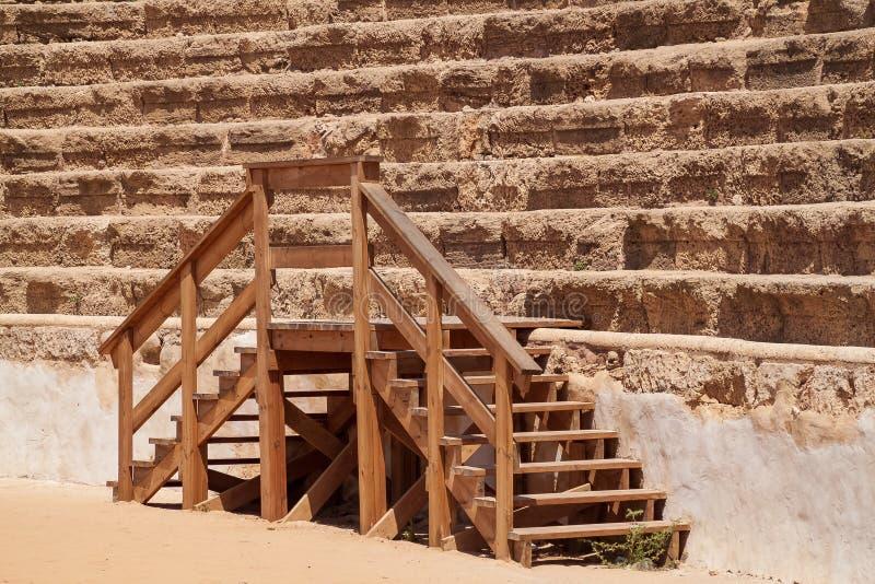 Una escalera de madera conduce al antiguo estadio de anfiteatro, que se encuentra en la localidad portuaria del Caesarea Maritima foto de archivo