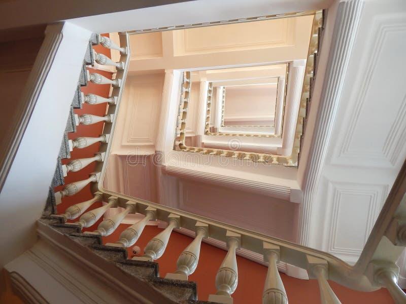 Una escalera en un hotel en el ` de Kazán imagenes de archivo
