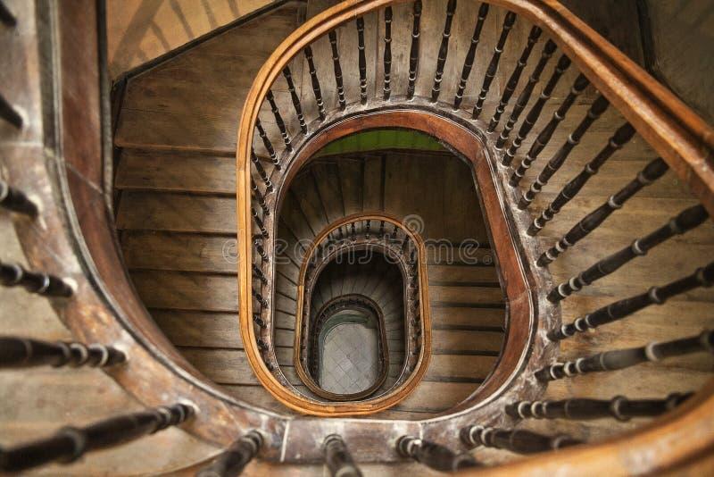 Una escalera espiral de madera foto de archivo