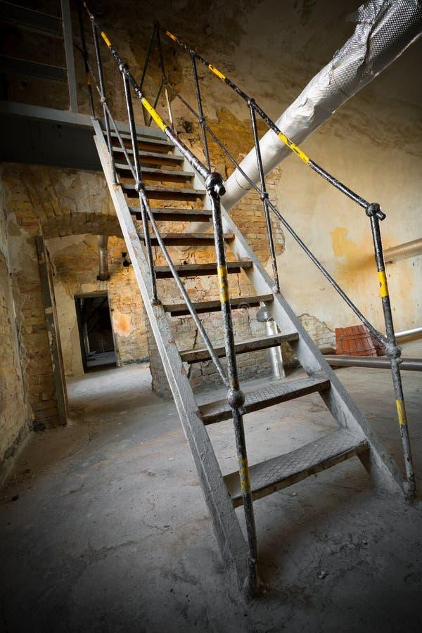 Una escalera vieja del hierro fotos de archivo
