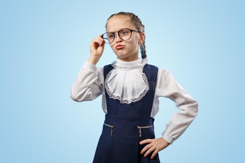 Una Escolar Cuta De Gafas Parece Un Copyspace Desconcertado imagenes de archivo