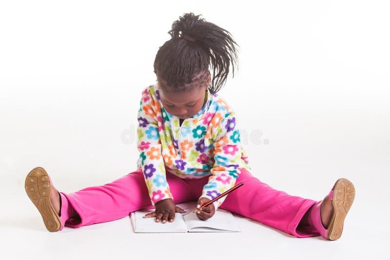 Una escritura de la chica joven en su diario. foto de archivo libre de regalías