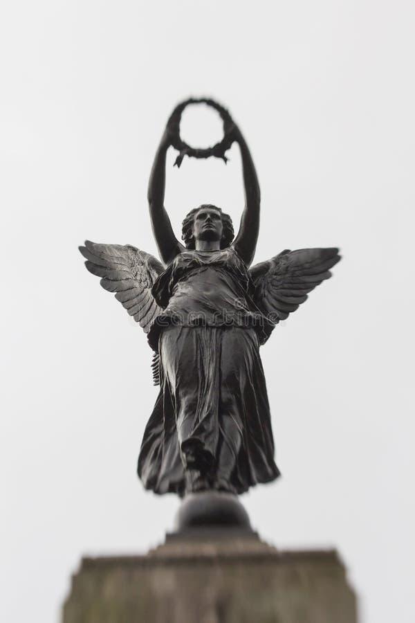Una escultura conmemorativa en un ángel fotografía de archivo libre de regalías