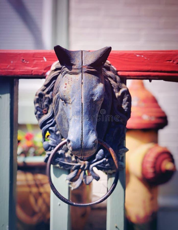 Una escultura de bronce de la manija de la cara del caballo fotos de archivo