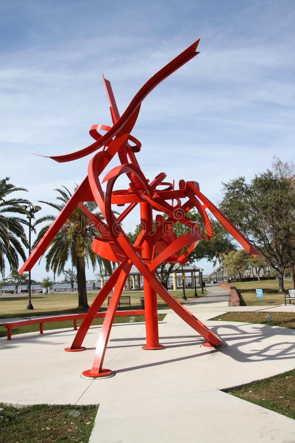 Una escultura del metal en un fuerte Myers Park imagenes de archivo