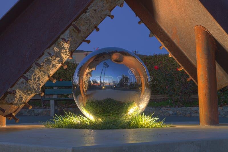 Una escultura reflectora de la bola en el parque de Heisler, Laguna Beach fotografía de archivo libre de regalías