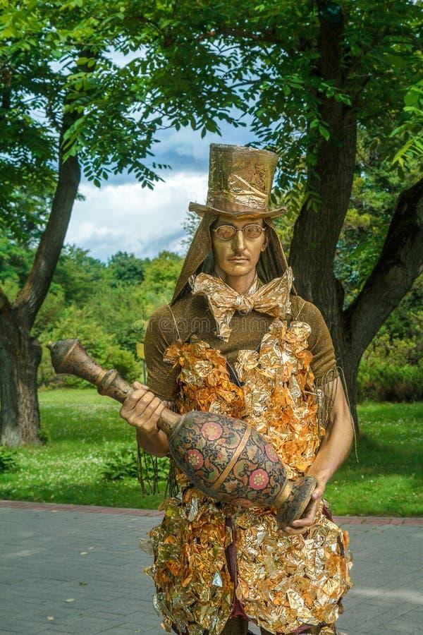 Una escultura viva El actor está trabajando en el parque foto de archivo