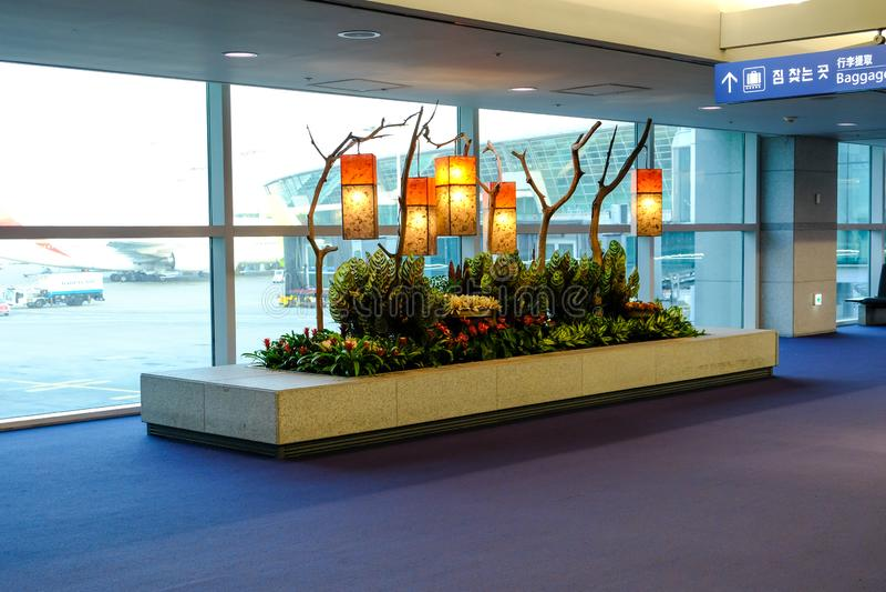 Una esquina del aeropuerto internacional Corea de Inchon adornada con un poco de lámpara Art Piece As View While que transita a n imagenes de archivo