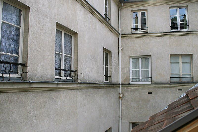 Una esquina del edificio con las ventanas en las paredes y la pieza del tejado foto de archivo libre de regalías