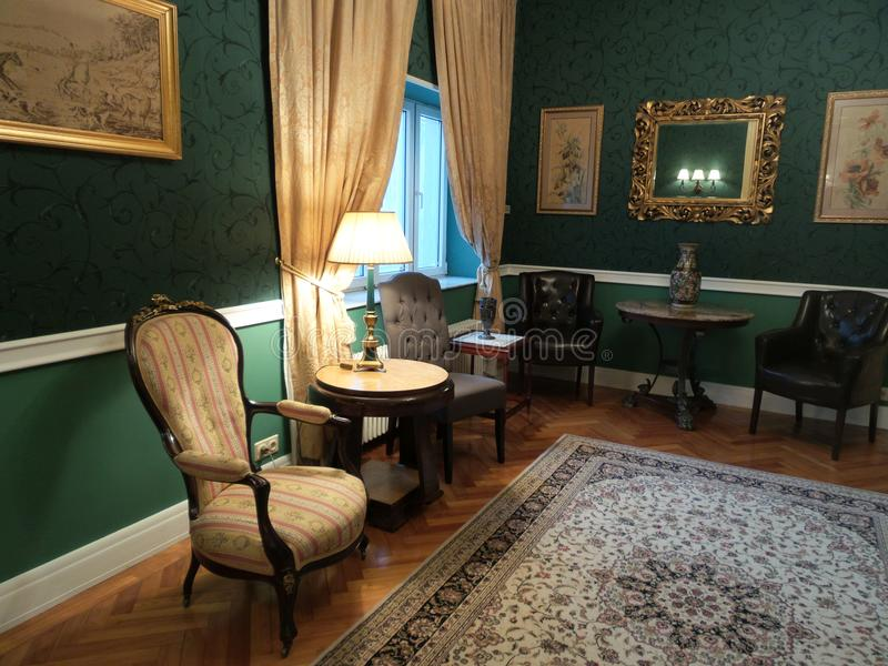 Una esquina en un cuarto en el palacio de Iulia Hasdeu con un sofá anaranjado fotografía de archivo libre de regalías