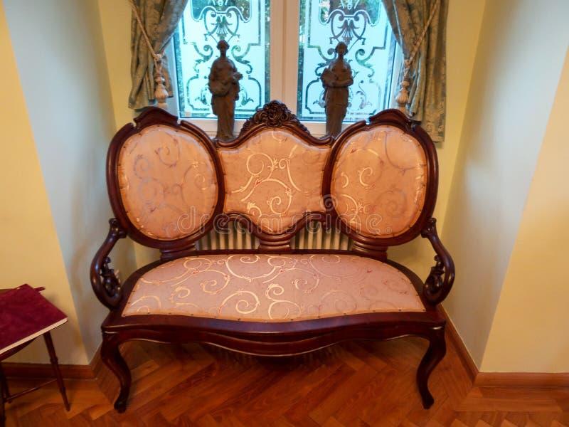 Una esquina en un cuarto en el palacio de Iulia Hasdeu con un sofá anaranjado foto de archivo libre de regalías