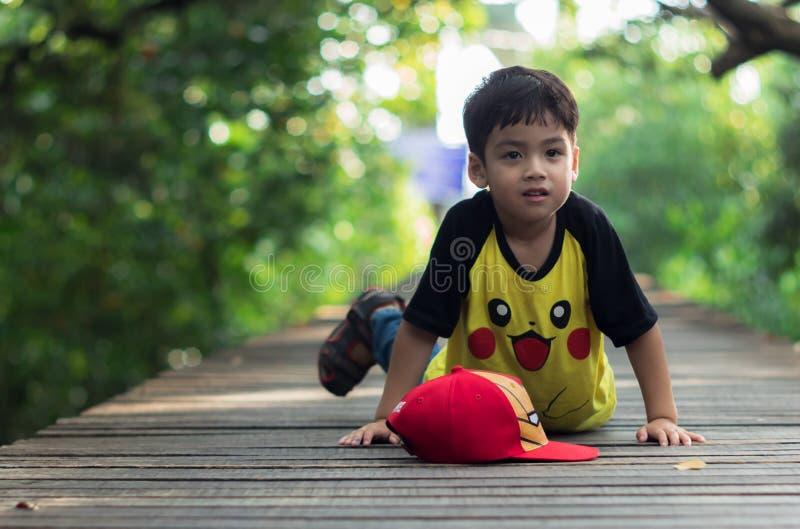 Una estancia del niño pequeño solamente fotografía de archivo
