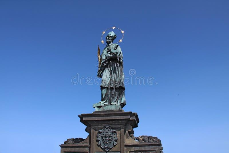 Una estatua barroca vieja de St John Of Nepomuk Nepomucene fotos de archivo