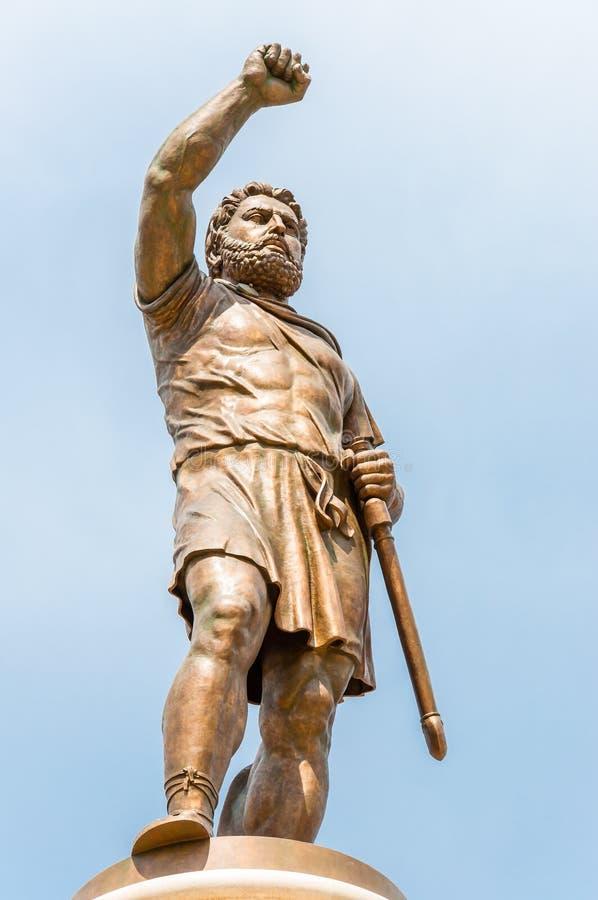 Una estatua de bronce alta gigante del rey antiguo del guerrero, Philip Second de Macedon, padre de 29 metros de Alexander la gra imágenes de archivo libres de regalías
