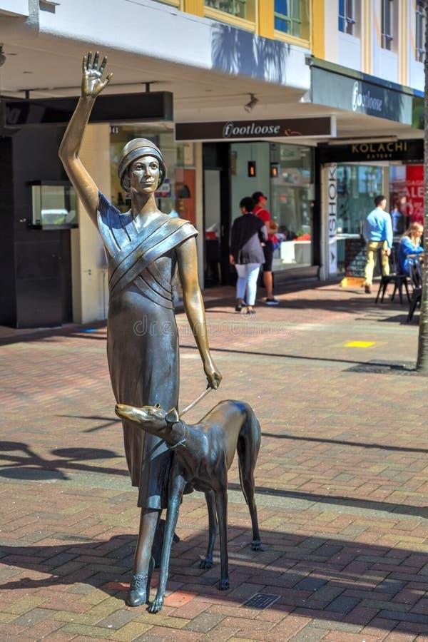 Una estatua de bronce de una ropa de la señora en 1930 s Napier, Nueva Zelanda imagen de archivo