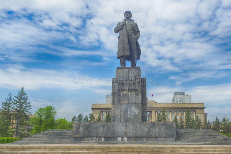 Una estatua de Lenin en la plaza imagenes de archivo