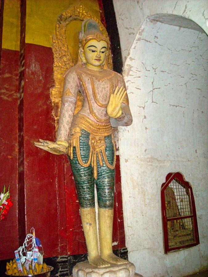una estatua de oro en un templo en Vietnam fotografía de archivo