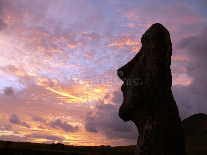Una estatua de piedra en la isla de pascua imagen de archivo libre de regalías