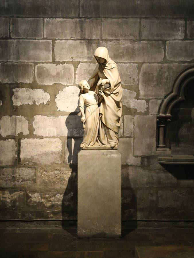 Una estatua de St Ann y de Maria imagenes de archivo