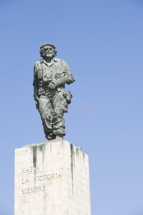 Una estatua del héroe revolucionario Ernesto Guevara en Cuba imagen de archivo