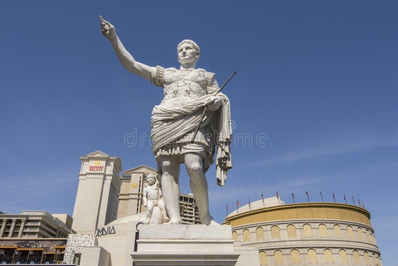 Una estatua delante del hotel del Caesars Palace en Las Vegas fotografía de archivo