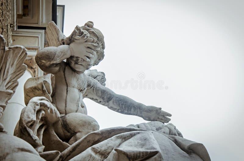 Una estatua en el teatro de la ópera fotografía de archivo