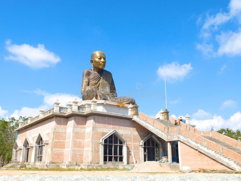 Una estatua famosa del monje en Rayong fotografía de archivo libre de regalías
