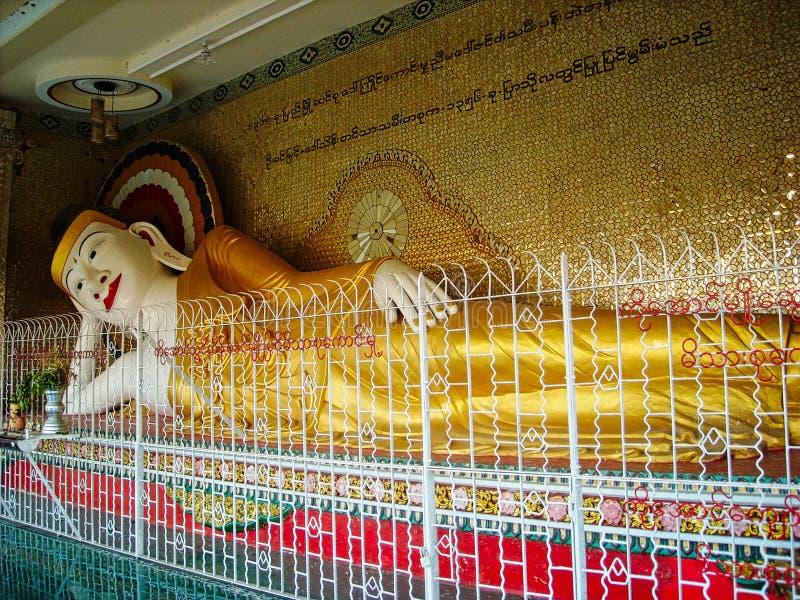 una estatua grande en un templo en Birmania imagen de archivo