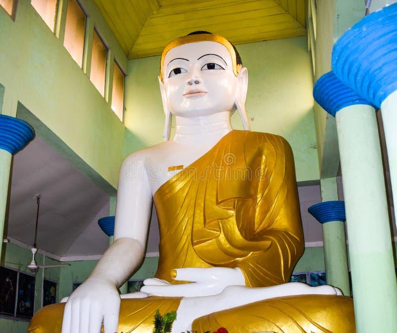 Una estatua hecha con oro sólido real de Buda gautama en una aldea rural para adoradores imagen de archivo libre de regalías