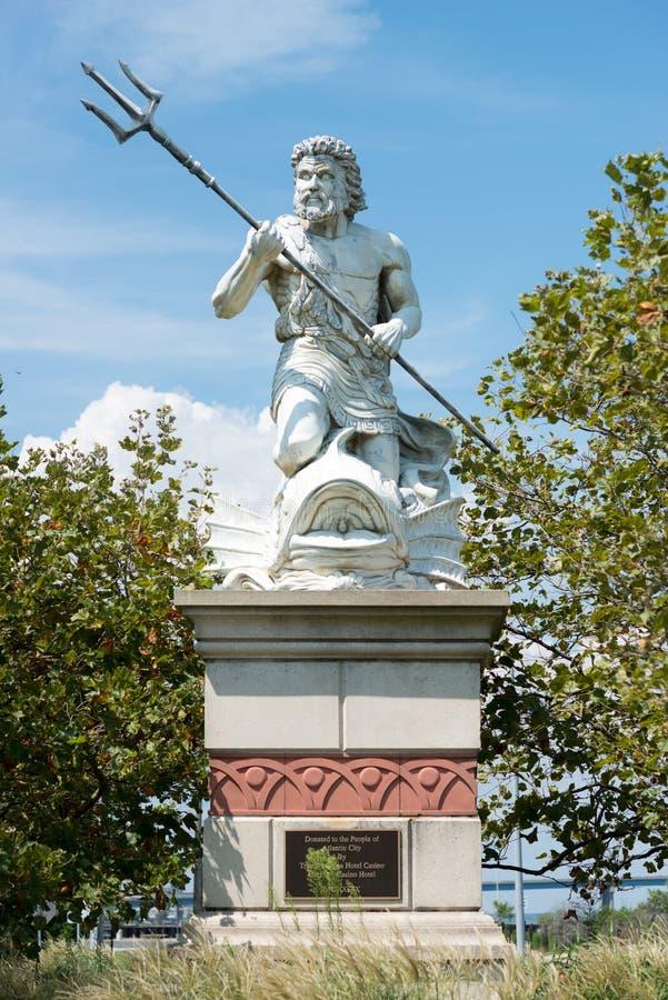 Una estatua pública grande de rey Neptune que acoge con satisfacción todos al acuario de Atlantic City en New Jersey foto de archivo libre de regalías