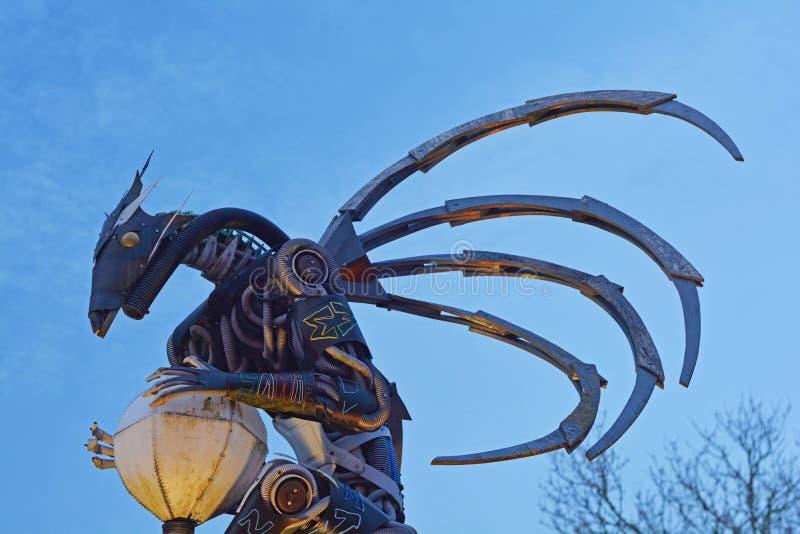 Download Una Estatua Robótica Que Agarra Una Lámpara Foto de archivo - Imagen de artesanía, visualización: 41918612