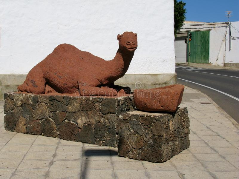 Una estatua roja de un dromedario fotografía de archivo libre de regalías