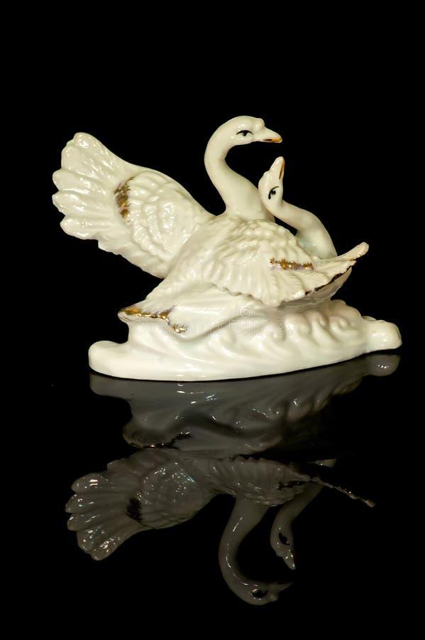 Una estatuilla de la porcelana de un cisne fotografía de archivo libre de regalías