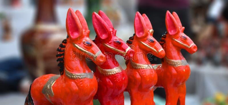 Una estatuilla o una figurilla es una pequeña estatua que representa un grupo de animal imagen de archivo