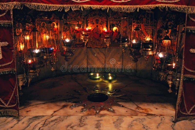 Una estrella de plata marca el sitio tradicional del nacimiento de Jesús en la iglesia de la natividad, Belén imágenes de archivo libres de regalías