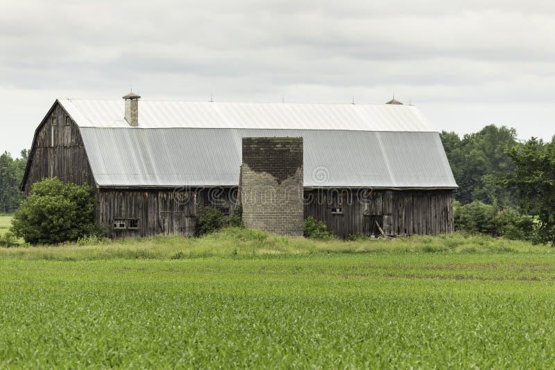 Download Una Estructura Abandonada De La Casa De La Granja Foto de archivo - Imagen de nubes, heno: 41910838