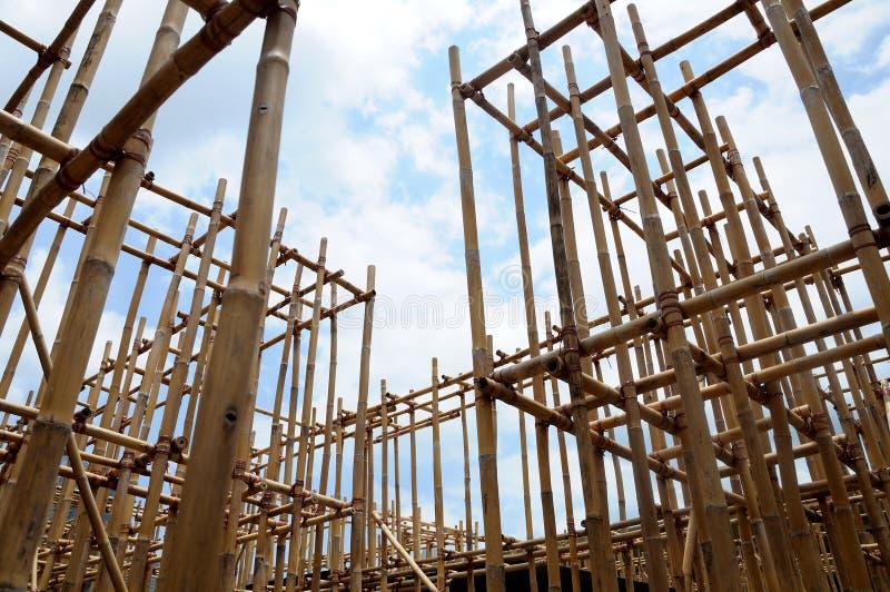 Una estructura portante hecha de polos de bambú marrones del tronco imágenes de archivo libres de regalías