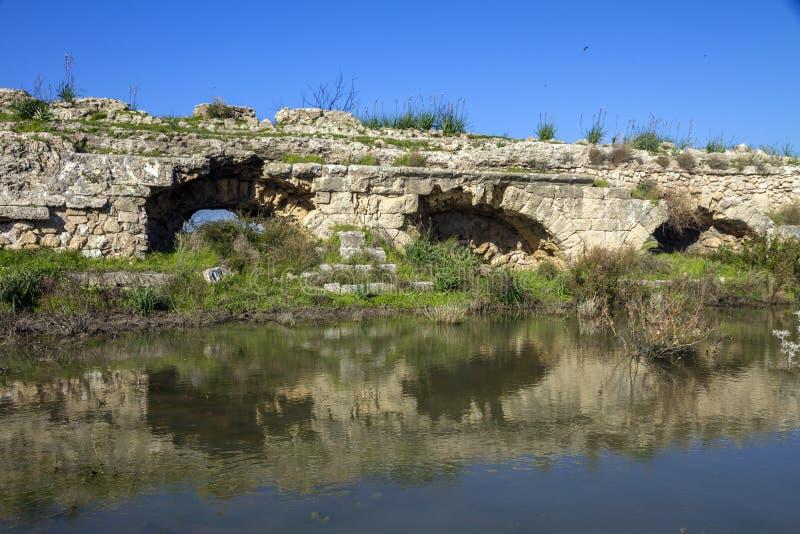 Una estructura romana antigua del acueducto de la piedra del ladrillo en Ceasarea Israel imagen de archivo libre de regalías