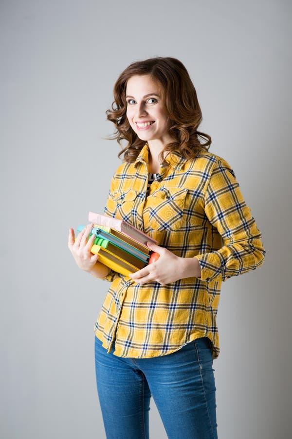 Una estudiante con los libros imagenes de archivo
