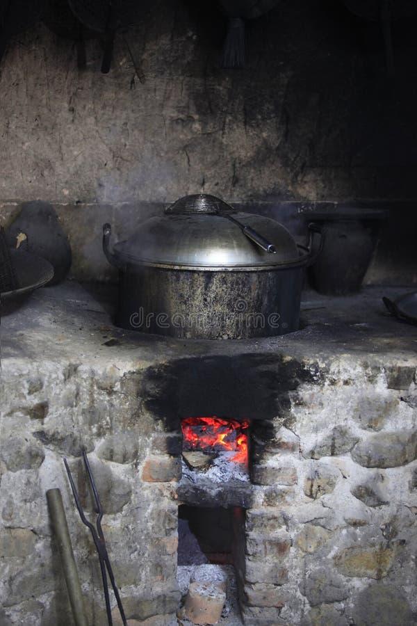 Una estufa de piedra vieja con un cazo imágenes de archivo libres de regalías