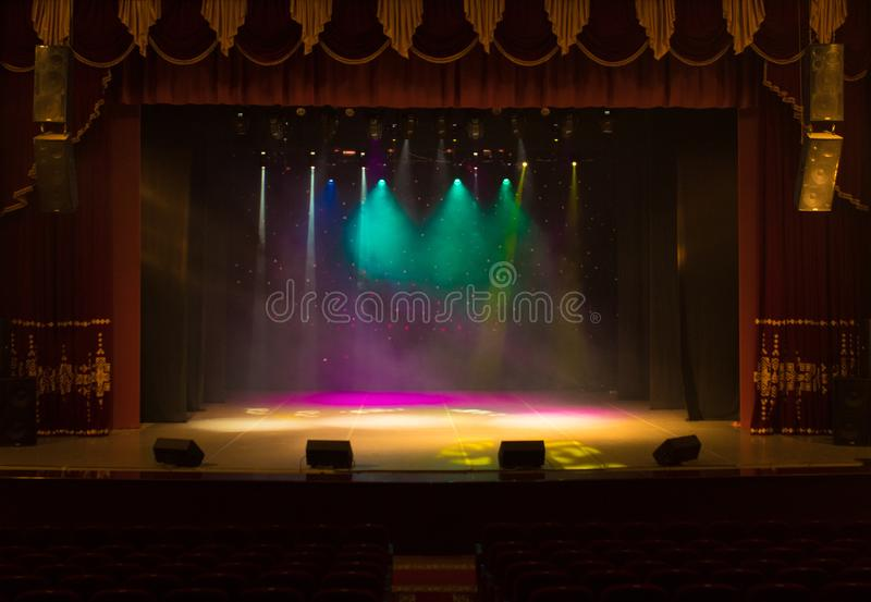 Una etapa vacía del teatro, encendida por los proyectores y el humo imagenes de archivo