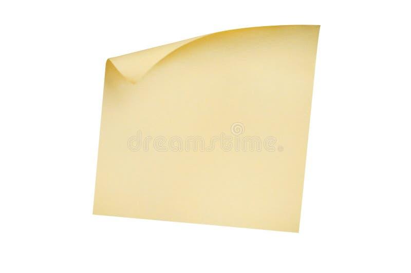 Una etiqueta engomada amarilla cuadrada en blanco con la esquina curvada aislada en el fondo blanco imágenes de archivo libres de regalías