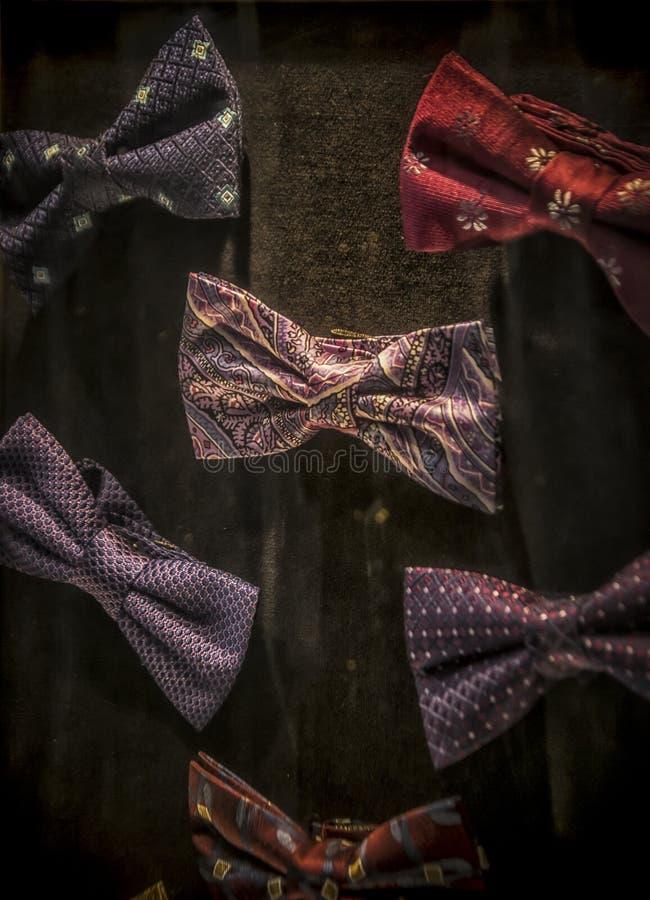 Una exhibición de corbatas de lazo fotos de archivo