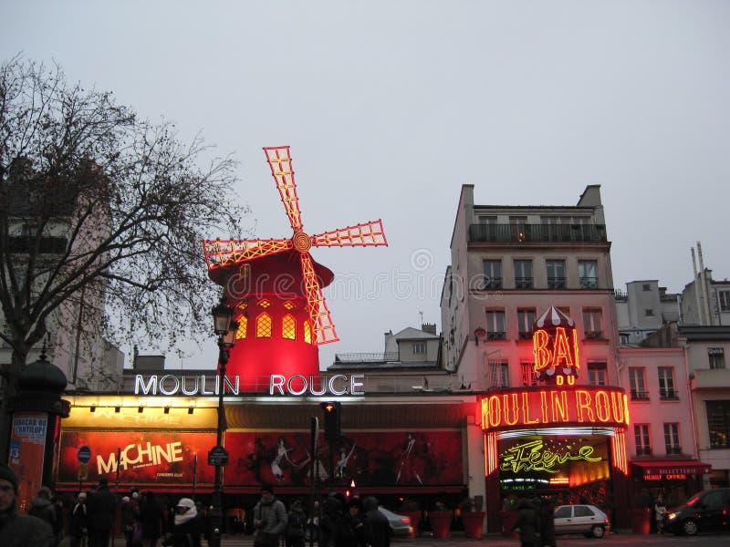 Una exhibición de igualación de luces del Moulin Rouge en París fotos de archivo