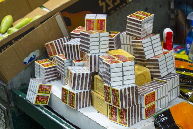 Una exhibición de partidos y de barras del jabón para la venta en una parada en el Mahane Yehuda cubrió el mercado callejero en J fotografía de archivo libre de regalías