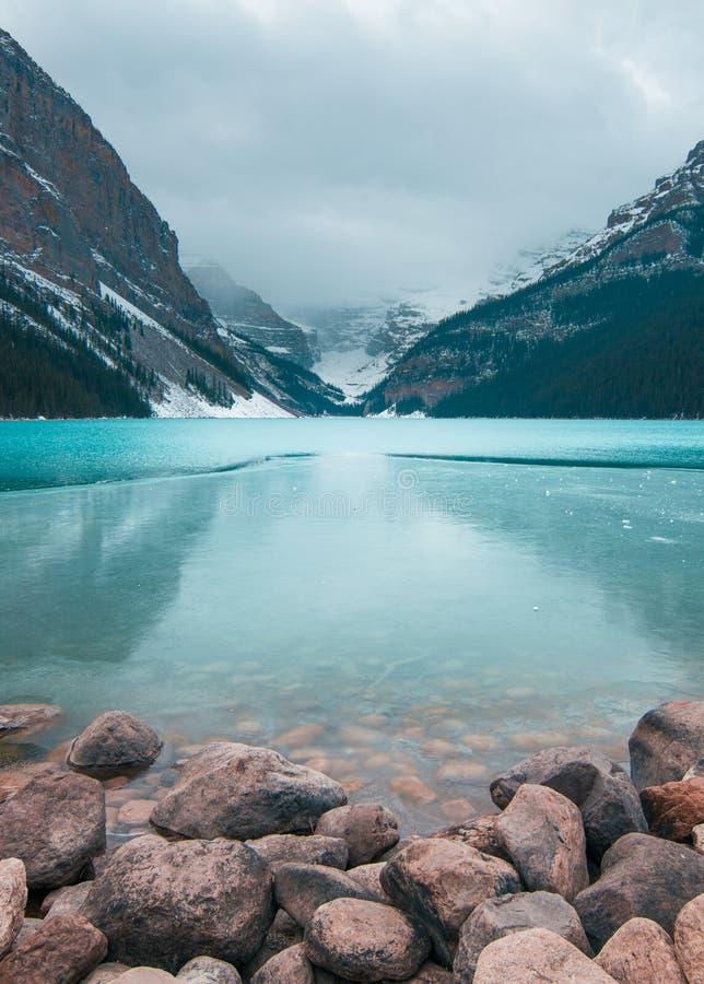 Una exposición larga de Lake Louise en la caída revela el llano de seis glaciares fotografía de archivo libre de regalías