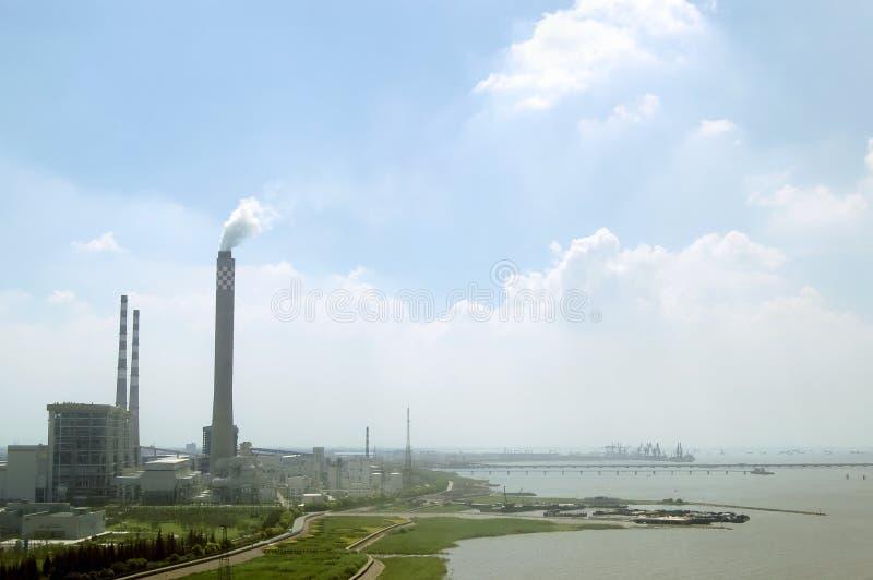 Una fábrica por el río imagenes de archivo
