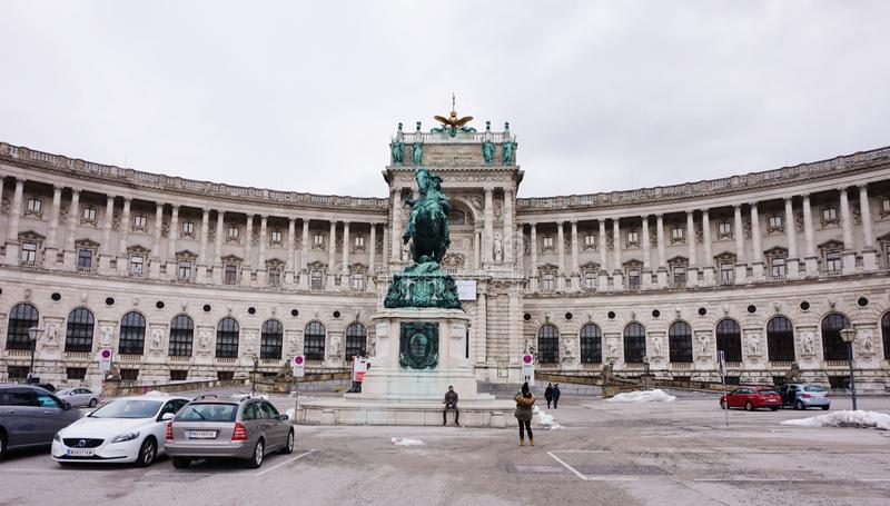 Una facciata anteriore di una delle costruzioni del palazzo di Hofburg a Vienna immagine stock libera da diritti